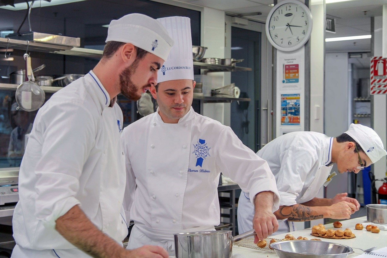 """Phương pháp đào tạo """"học đi đôi với hành"""", sinh viên Học vện Le Cordon Bleu có nhiều cơ hội rèn luyện kỹ thuật nấu nướng, làm bánh của bản thân"""