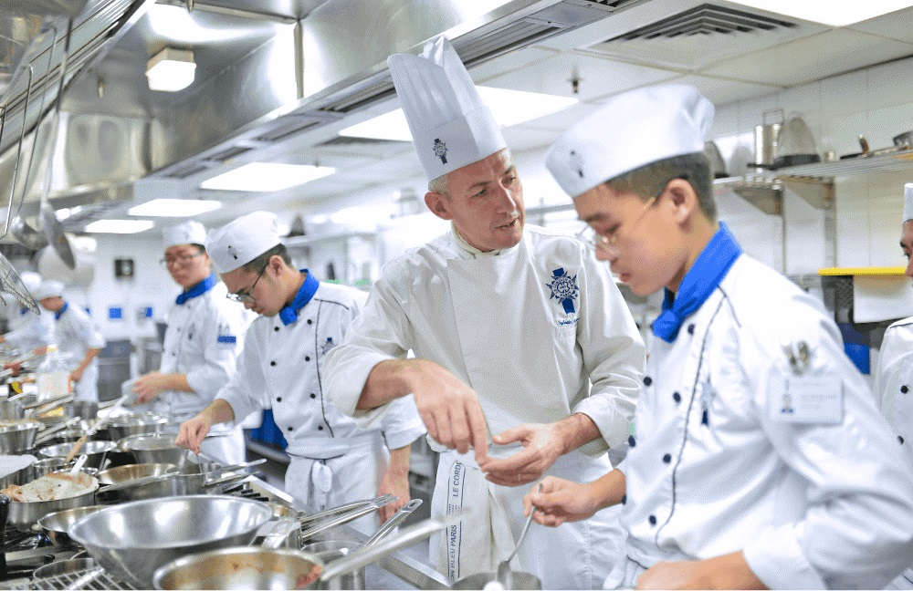 Lớp học thực hành ẩm thực tại Le Cordon Bleu