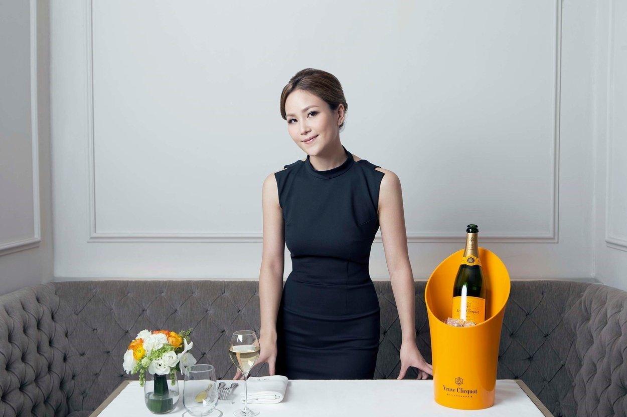 Hiện cô là chủ nhà hàng Tate nổi tiếng ở Hồng Kông