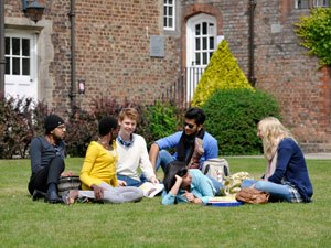 Sinh viên quốc tế tiết kiệm nhất khi du học Thạc sỹ tại Anh