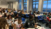 Sinh viên được chia nhóm làm đại diện của các quốc gia để thảo luận về những vấn đề