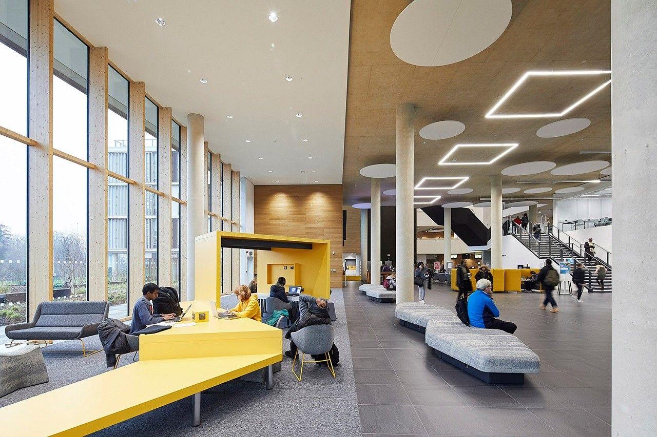 Một góc bên trong Learning Hub – tòa nhà lớn nhất nằm ở trung tâm khuôn viên trường