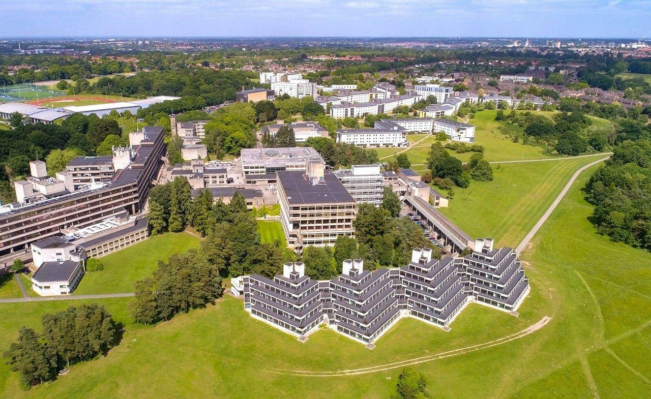 Một góc bên trong khuôn viên rộng hơn 200 hecta của Đại học East Anglia