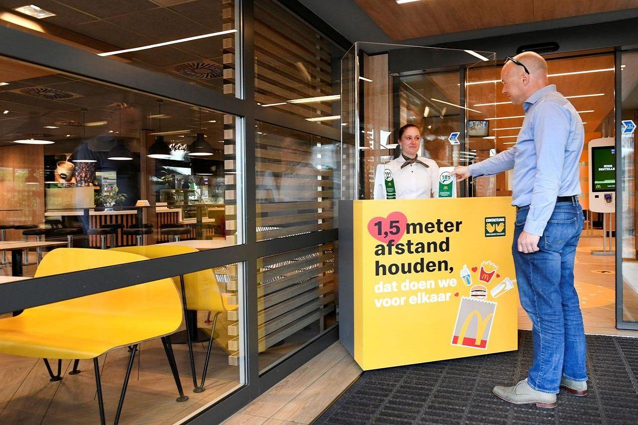 Một số hoạt động trở lại bình thường nhưng người dân Hà Lan vẫn được khuyến cáo duy trì khoảng cách 1,5m với nhau