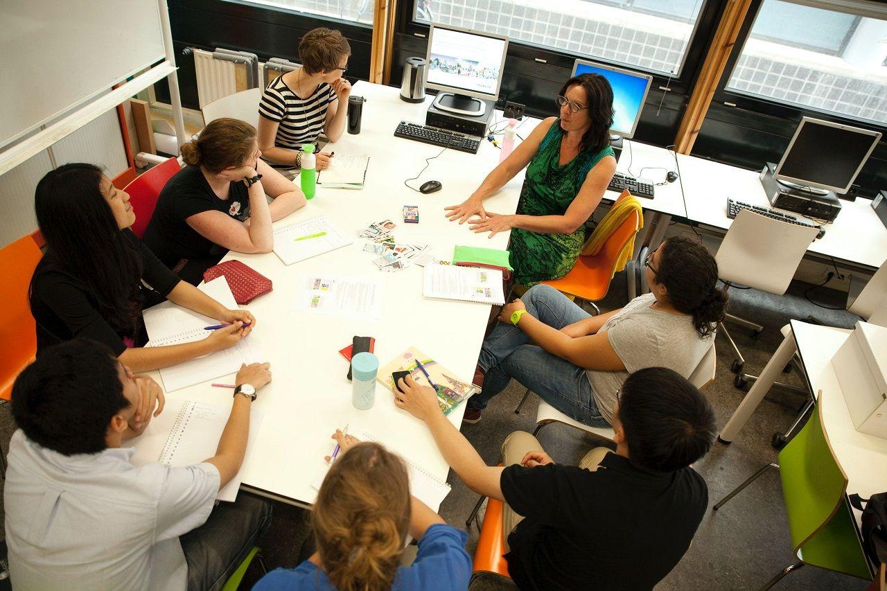 Làm việc nhóm để thảo luận về các ý tưởng và đưa ra giải pháp hiệu quảtối ưu