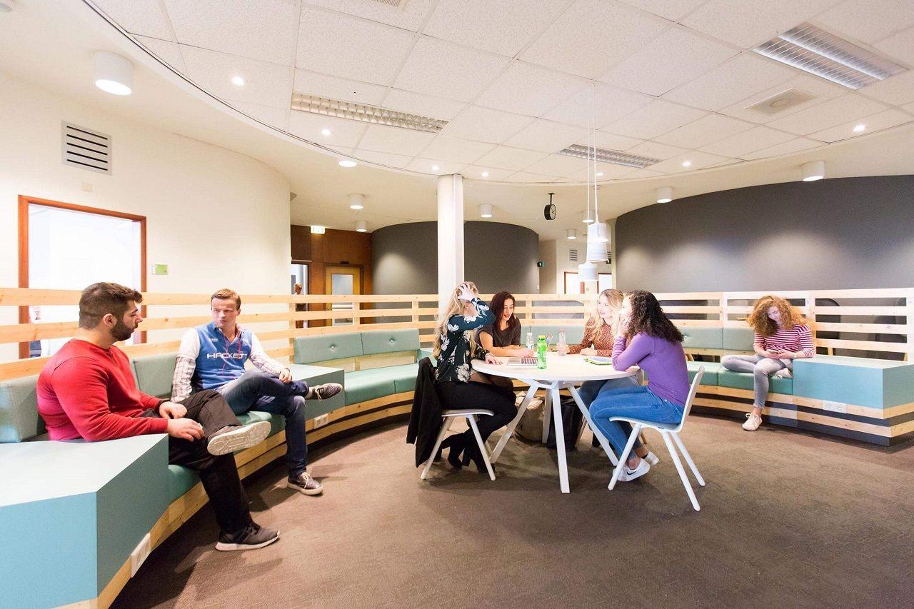 Chương trình Buddy của Đại học KHUD Saxion giúp tân sinh viên có bạn đồng hành ngay từ những ngày đầu đến trường và được hỗ trợ huấn luyện viên học tập và các sinh viên trong nhóm