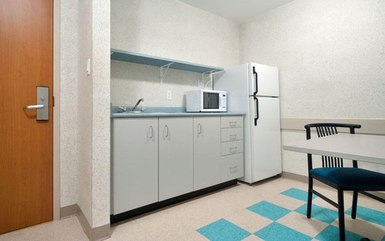 Khu vực bếp với tủ lạnh và lò vi sóng. Chương trình hỗ trợ chỗ ở cách ly cho sinh viên của Cao đẳng Seneca còn cấp các vật dụng cần thiết như đồ dùng nhà bếp, đồ dùng phòng tắm, đồ dùng phòng ngủ