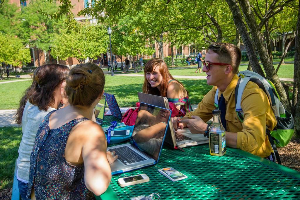 Sinh viên học tập trong khuôn viên Đại học DePaul