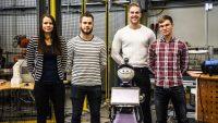 Sinh viên ngành kỹ thuật với sản phẩm robot