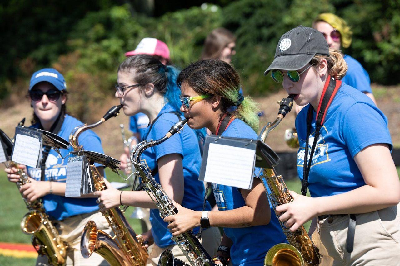 Sinh viên Đại học Hofstra trình diễn âm nhạc