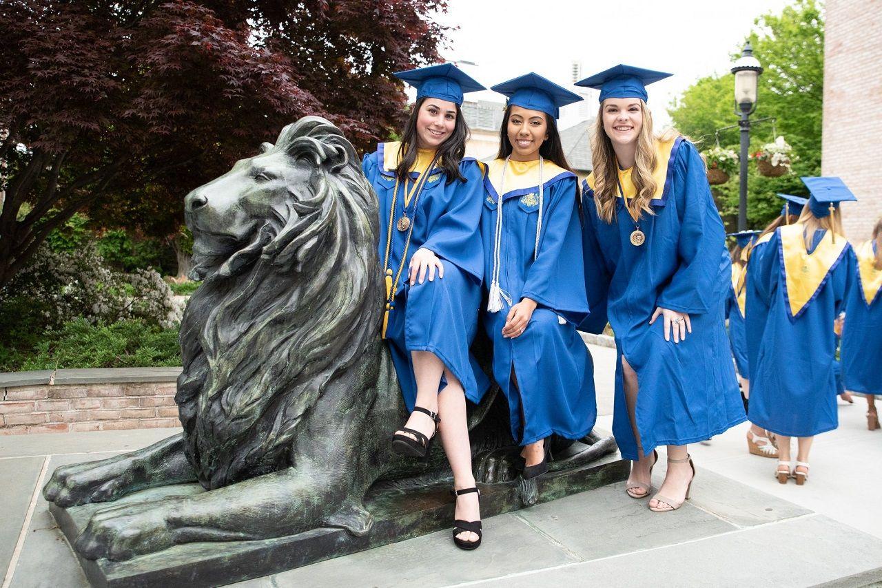 Sinh viên tốt nghiệp Đại học Hofstra lưu lại kỷ niệm với linh vật của trường