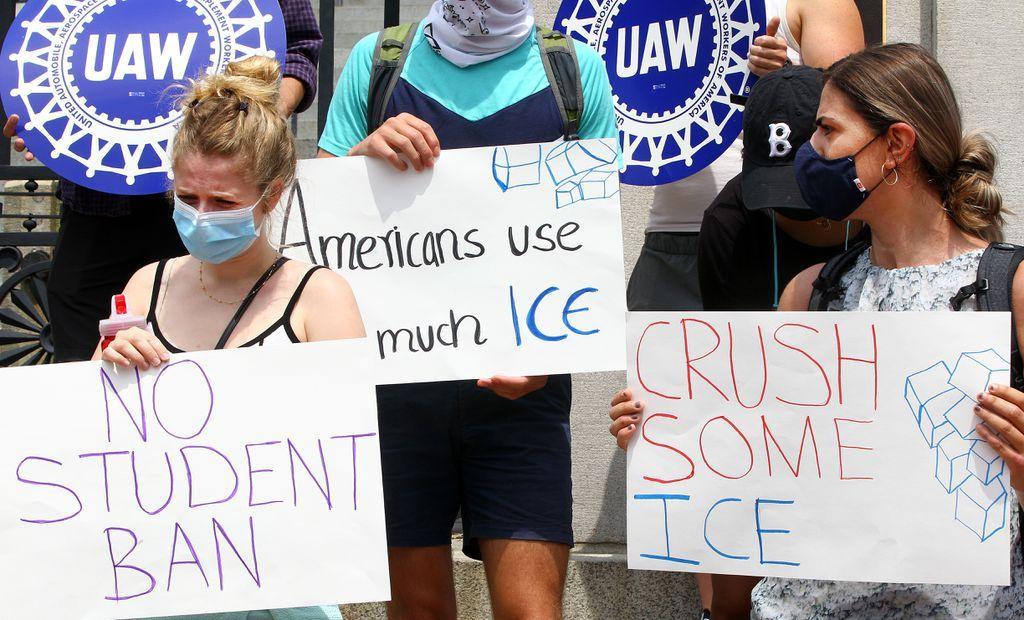Sinh viên phản đối chính sách gây tranh cãi về việc phải chuyển trường hoặc về nước nếu các khóa học của họ chuyển sang hình thức online