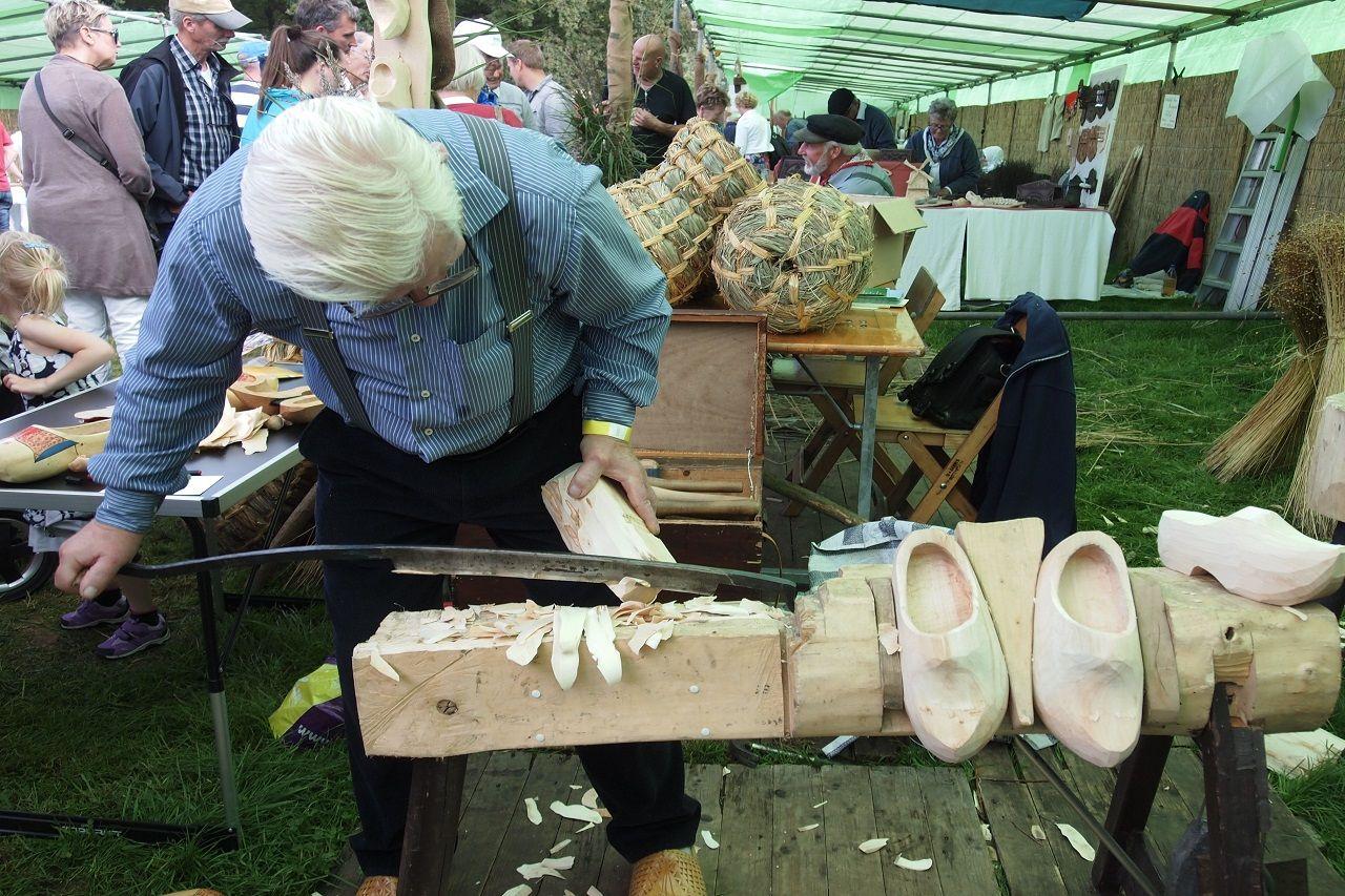 Một nghệ nhân làm giày gỗ
