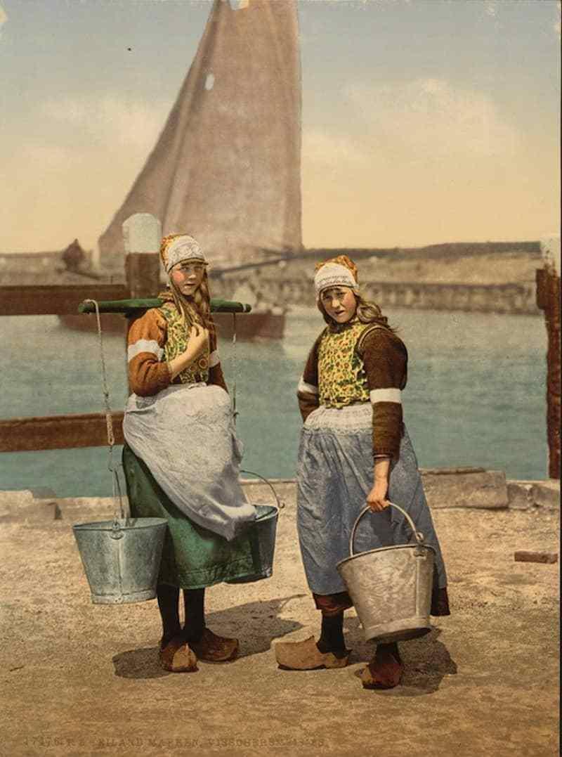 Hình vẽ người lao động Hà Lan mang giày gỗ