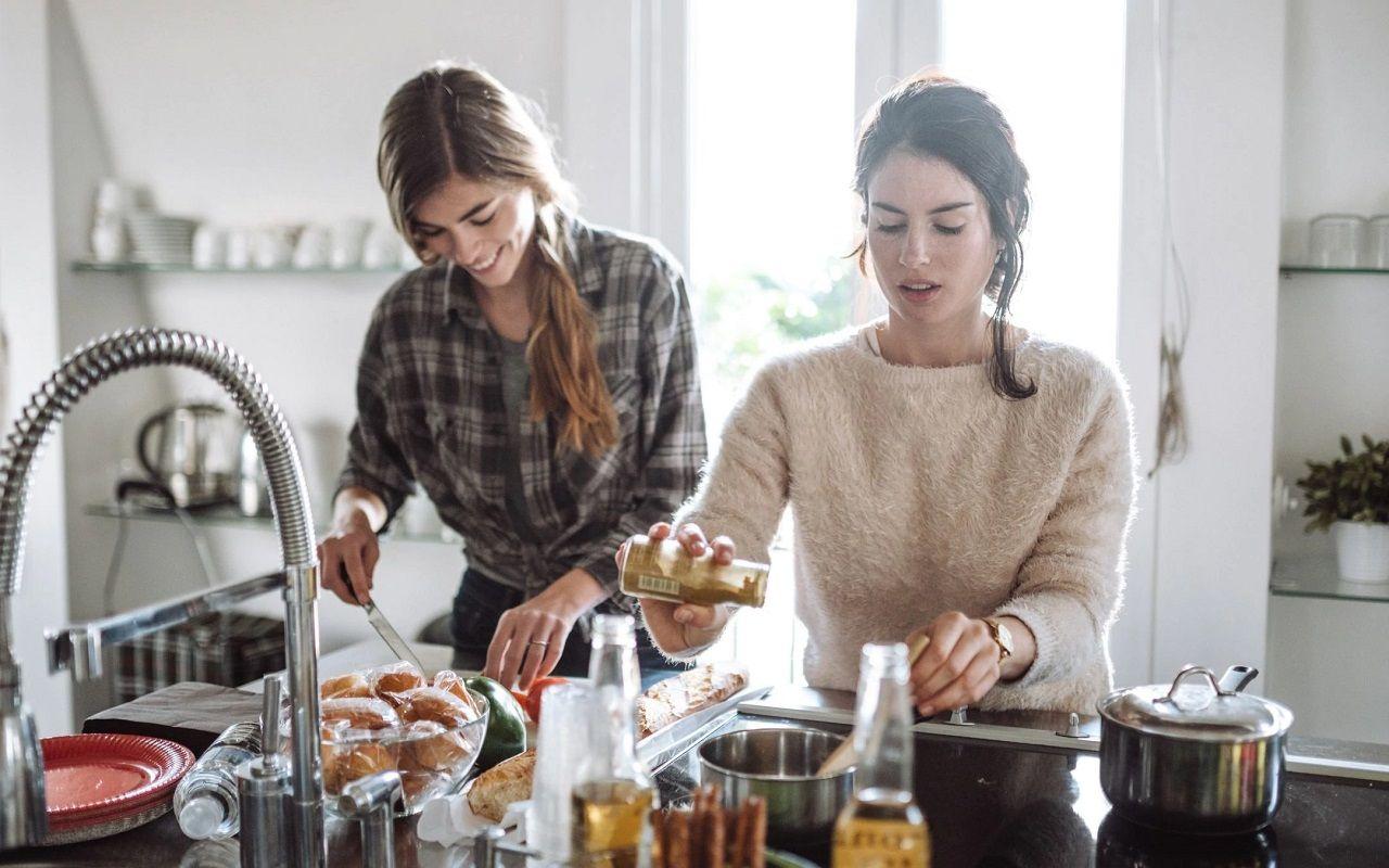 Cùng bạn bè tự nấu ăn vừa tiết kiệm chi phí, vừa thưởng thức các phong cách ẩm thực khác nhau