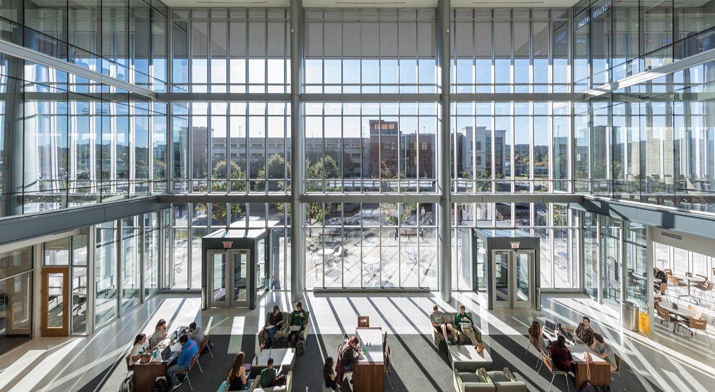 Bên trong một tòa nhà hiện đại của Đai học Alabama at Birmingham