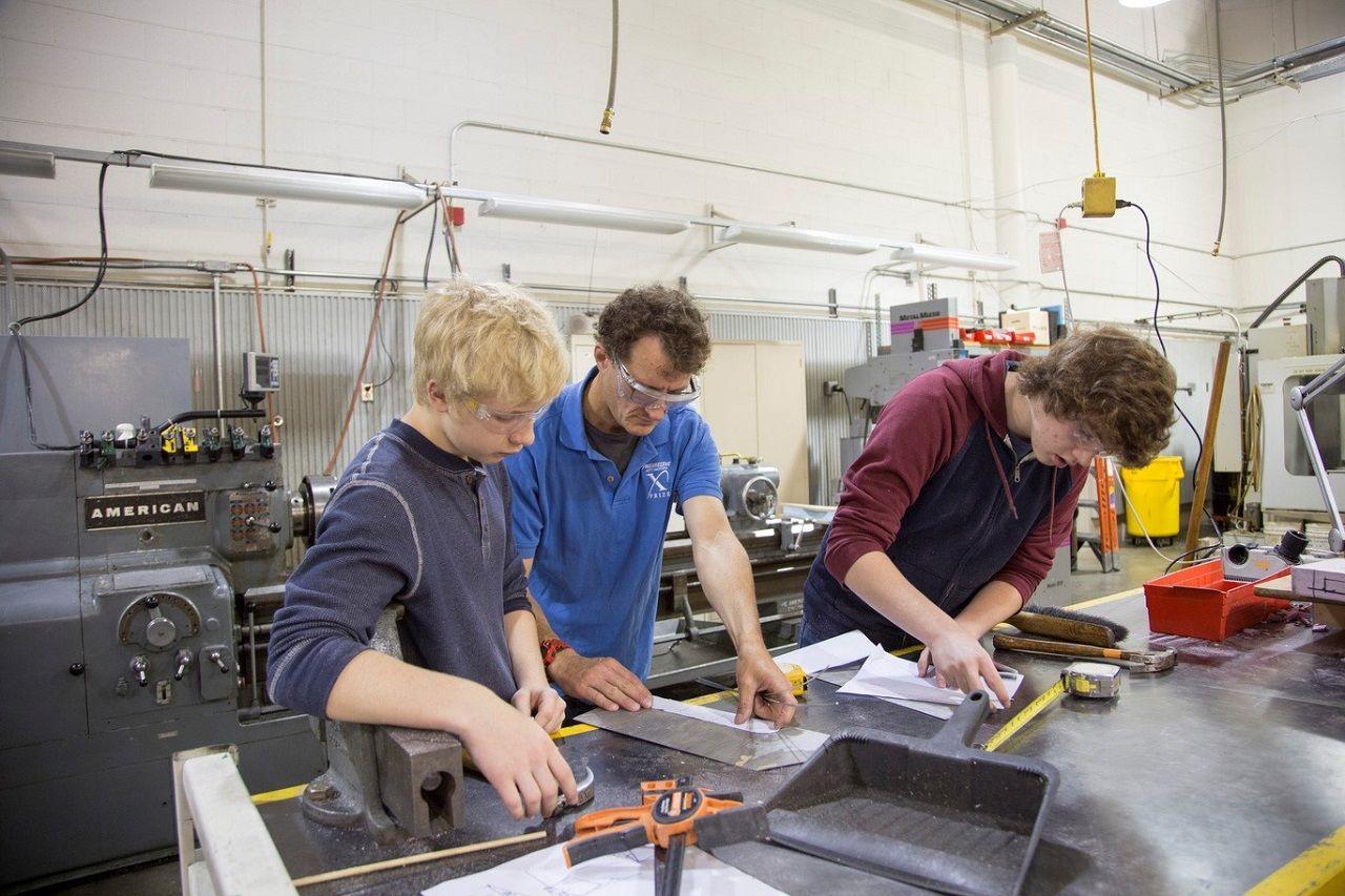 Sinh viên ngành kỹ thuật trong giờ học thực hành