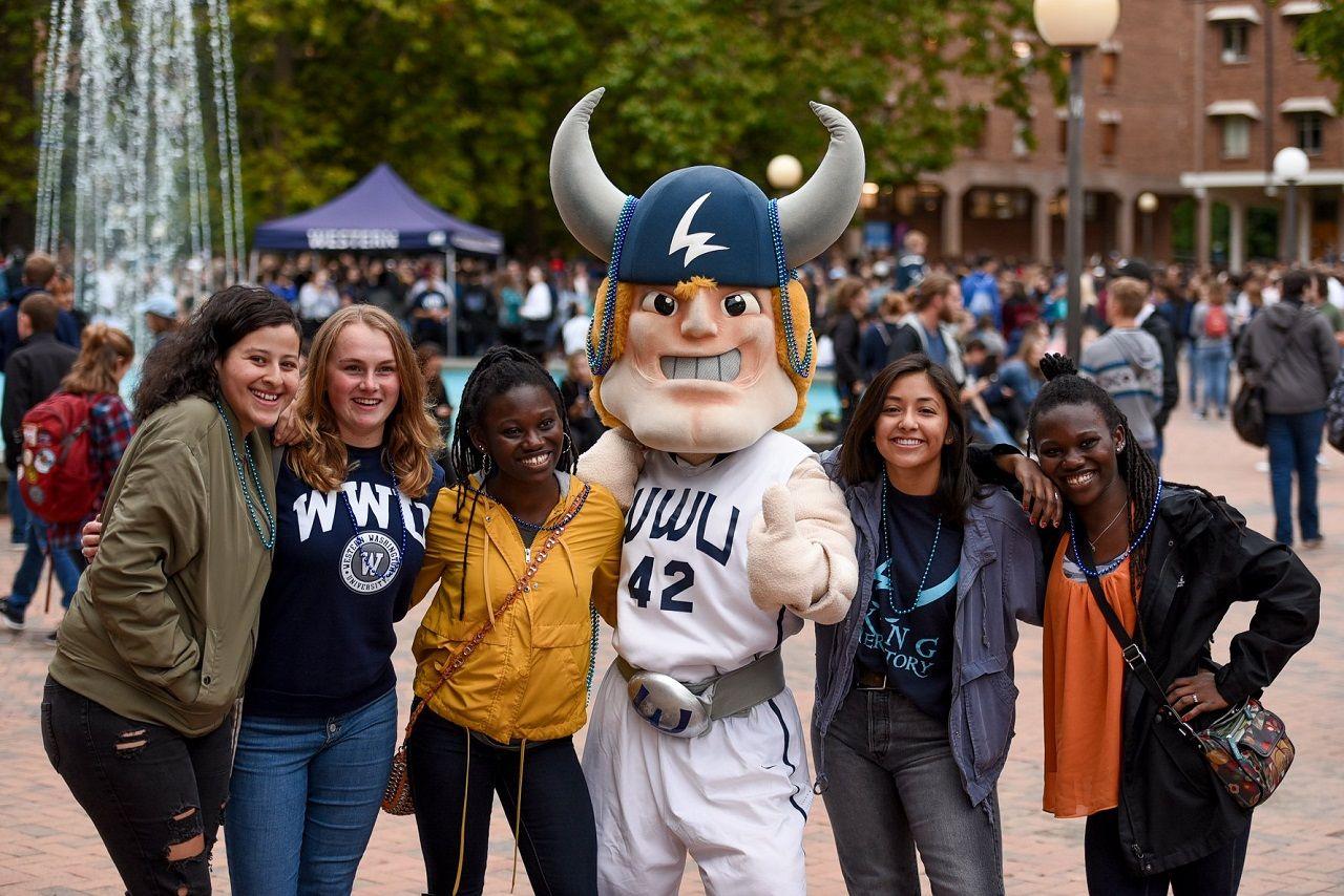 Sinh viên Đại học Western Washington chụp ảnh cùng linh vật của trường