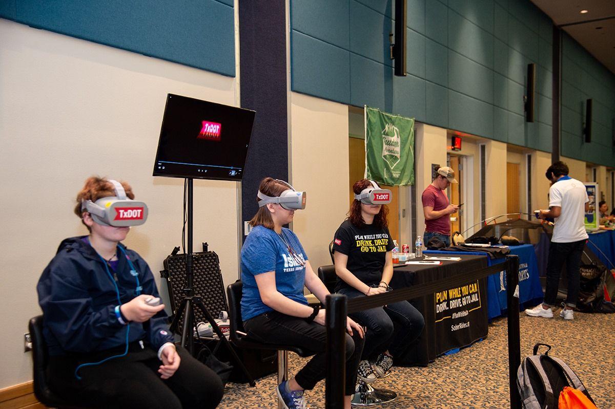 Sinh viên Đại học Texas A&M - Corpus Christi trải nghiệm công nghệ thực tế ảo