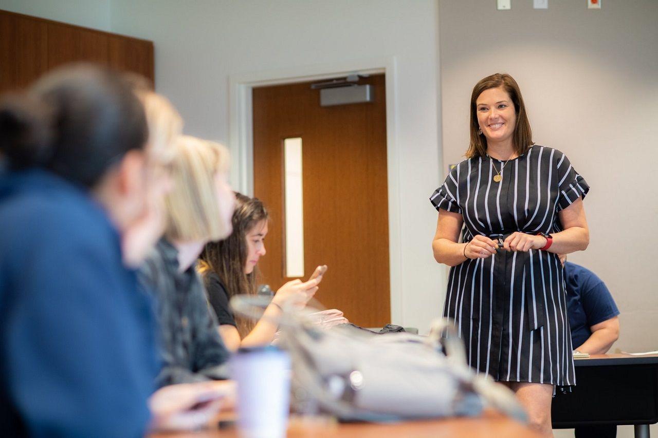 Một giảng viên hướng dẫn sinh viên chuẩn bị portfolio trên thiết bị di động