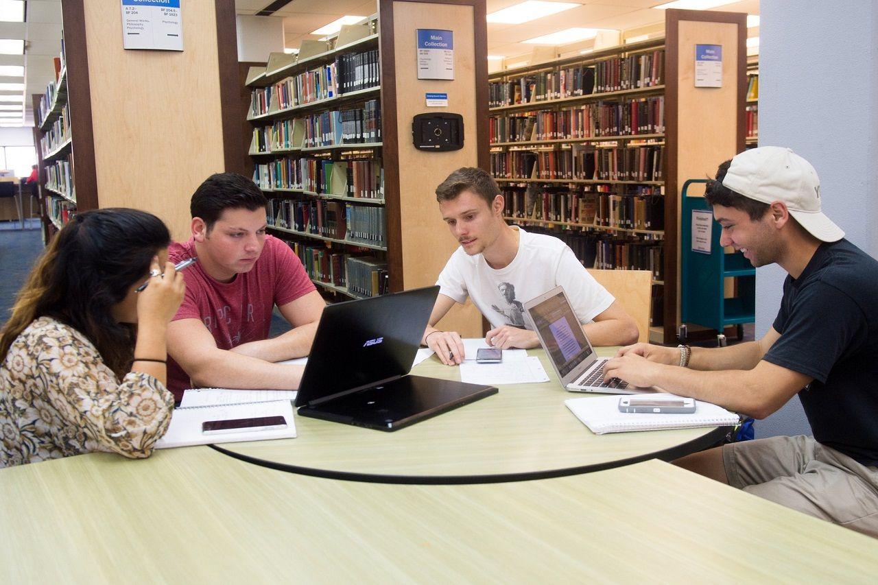 Học tập tại thư viện Đại học Texas A&M - Corpus Christi