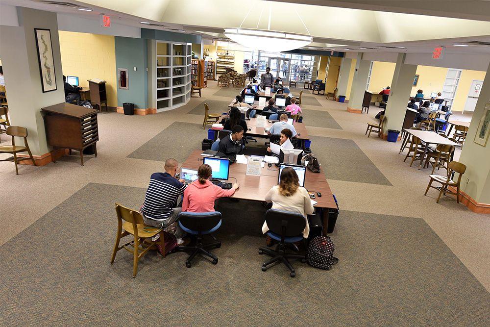 Sinh viên học tập tại thư viện Cao đẳng Richard Bland