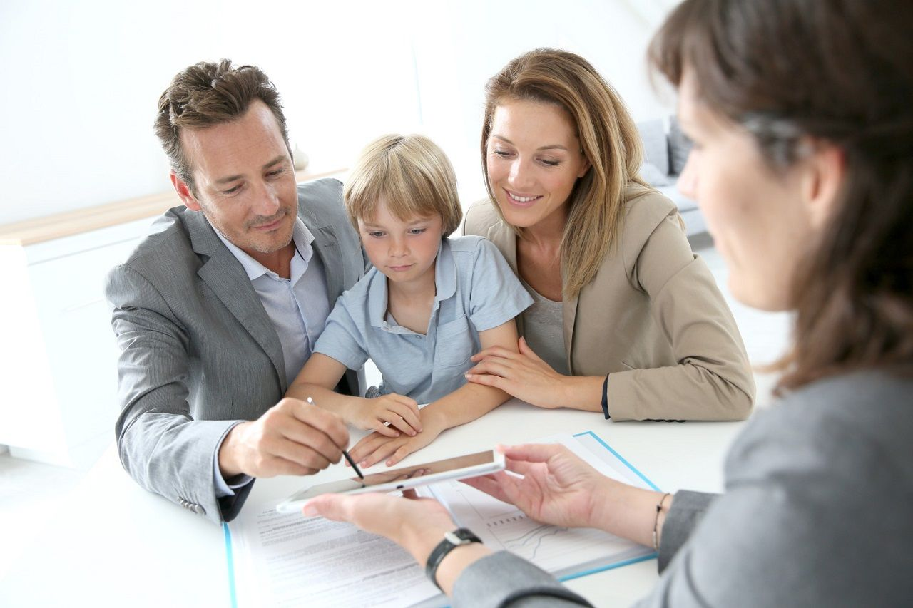 Nhà tư vấn tài chính đưa ra các phương án khả thi để chuẩn bị ngân sách cho việc giáo dục của con cái