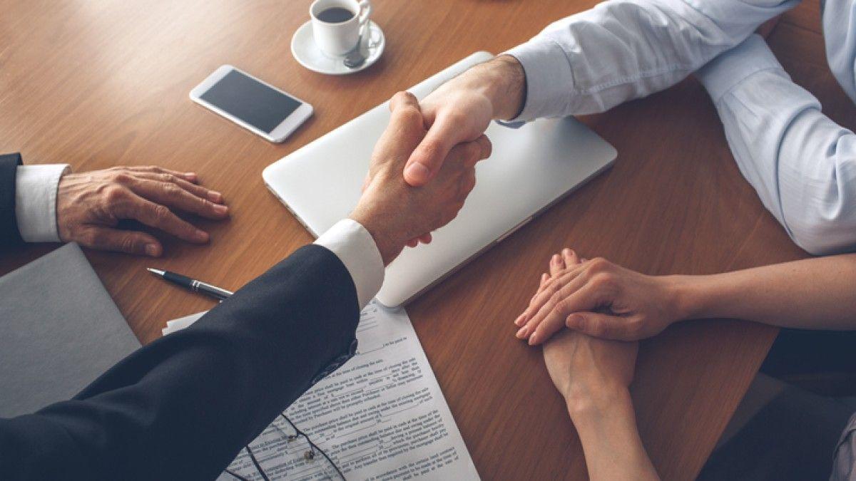 Đại lý bất động sản hoặc nhà môi giới kinh doanh bất động sản đóng vai trò trung gian quan trọng giữa người bán và người mua