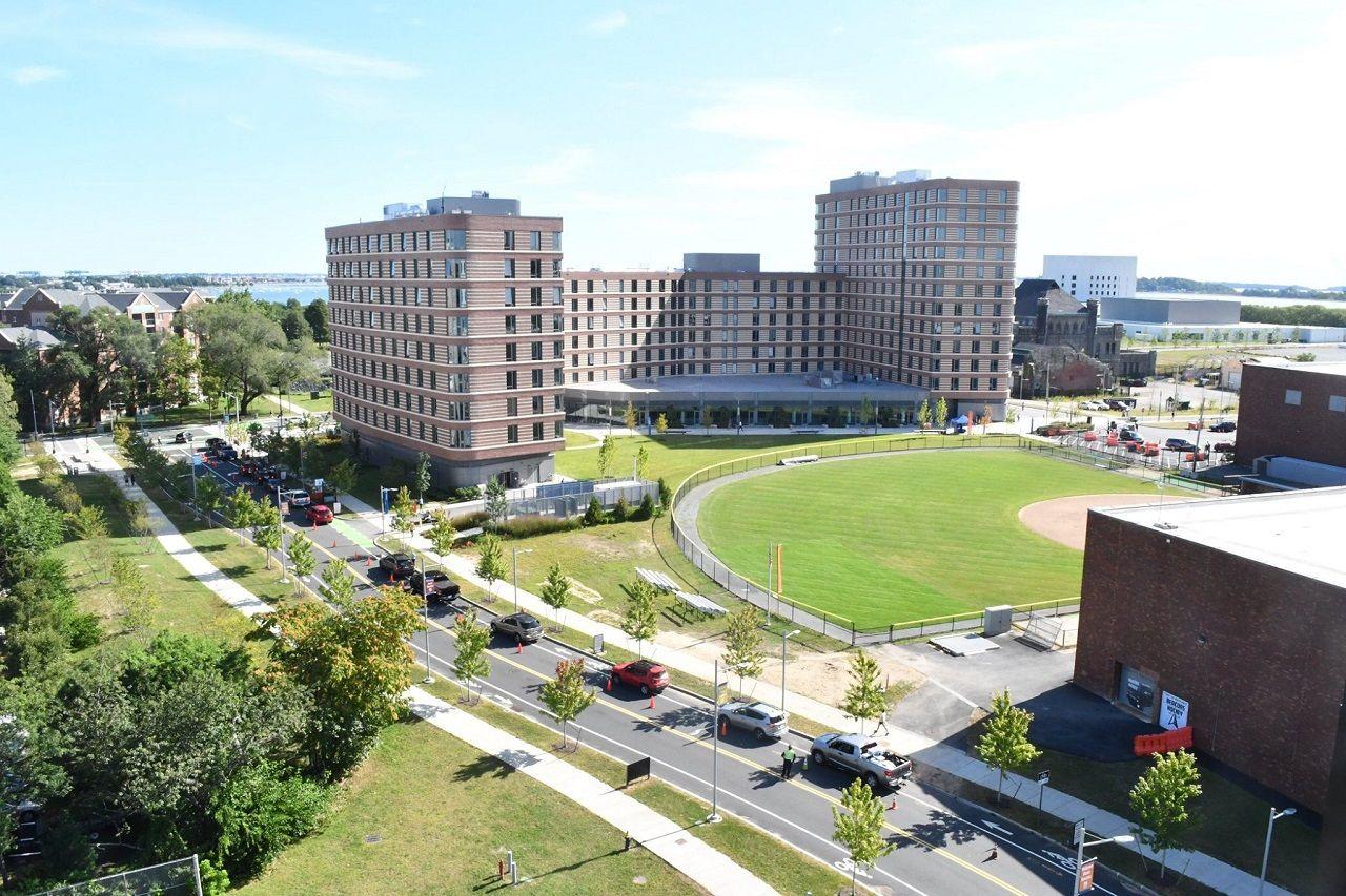 Khuôn viên thoáng đãng của Đại học Massachusetts Boston