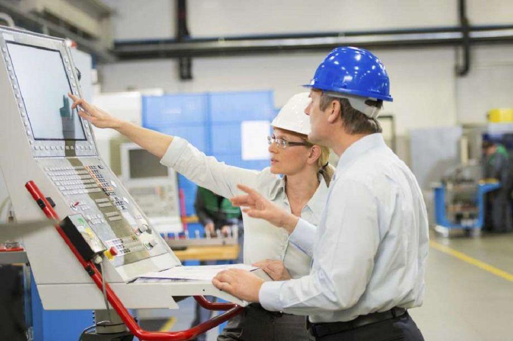 Sinh viên học cách quản lý các quy trình sản xuất, vận hành trong một công ty
