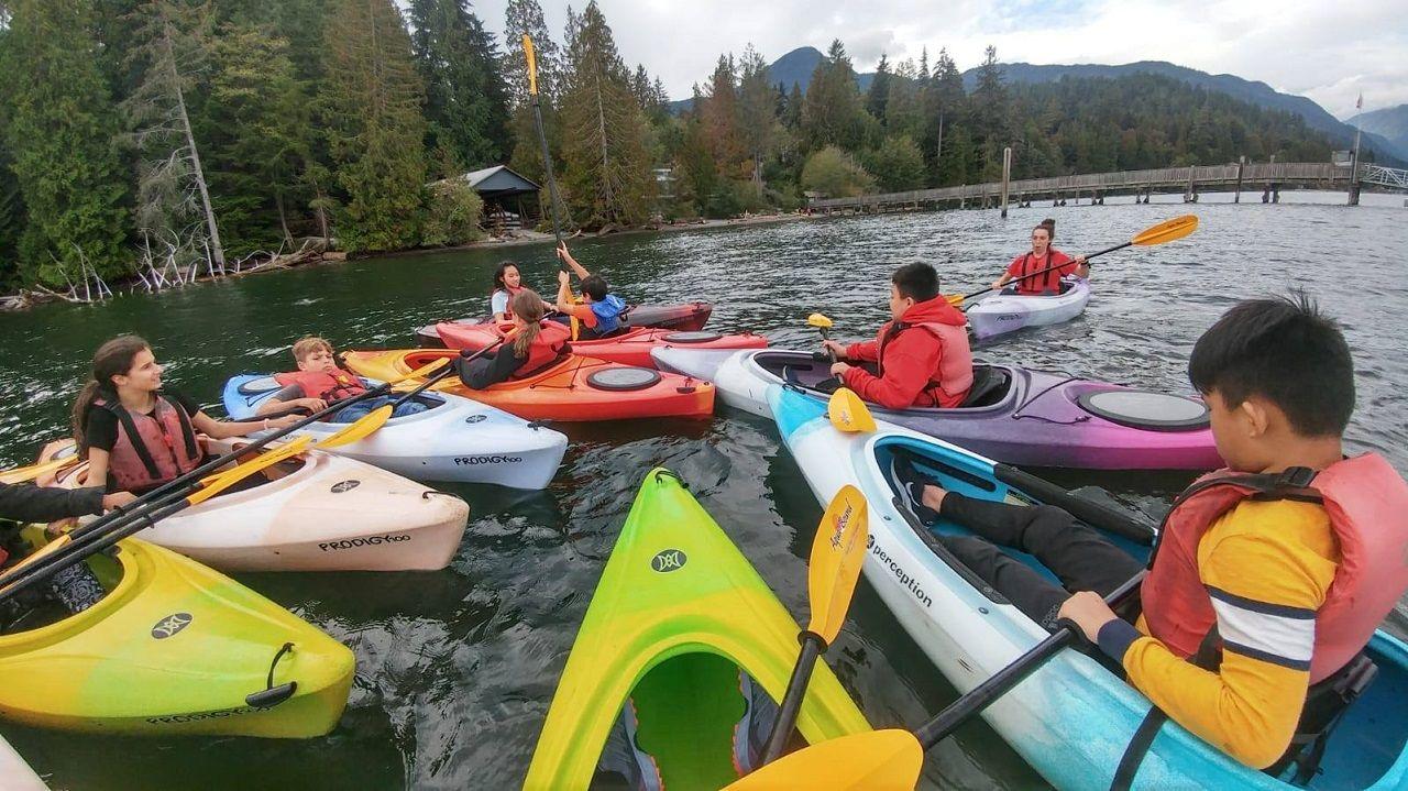 Học sinh Burnaby School District trong một buổi học ngoại khóa về chèo thuyền kayak