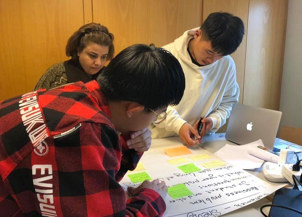 Sinh viên làm bài tập nhóm trong chương trình