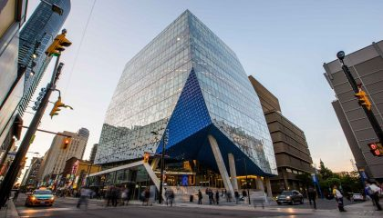 Đại học Ryerson sở hữu vị trí đắc địa - ở khu vực trung tâm sầm uất của Toronto