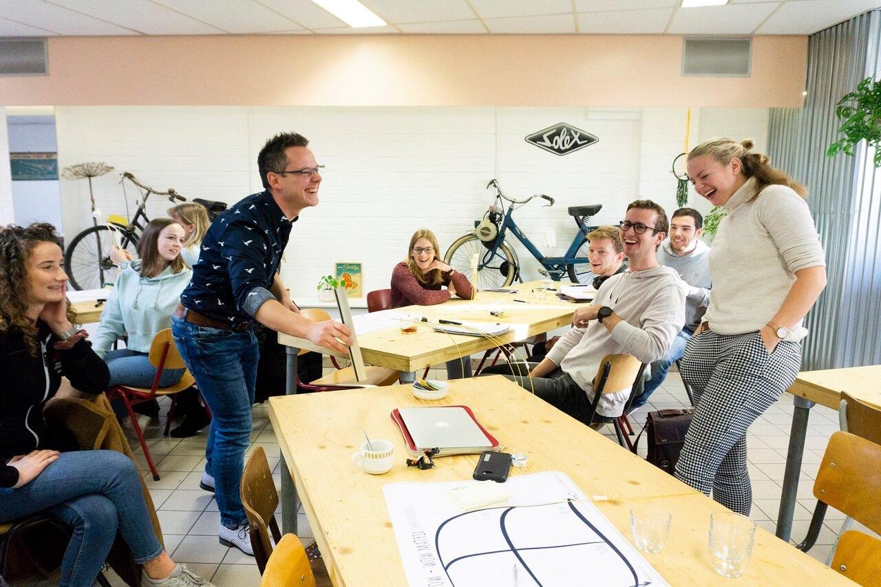 Giảng viên, nhân viên tại Đại học KHUD HAN luôn đem đến nguồn năng lượng tích cực, truyền cảm hứng và hỗ trợ để sinh viên học tập hiệu quả