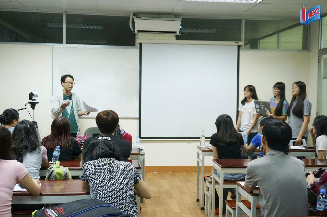 Luyện tập thuyết trình nhóm trong lớp luyện thi Phần Lan do INEC tổ chức