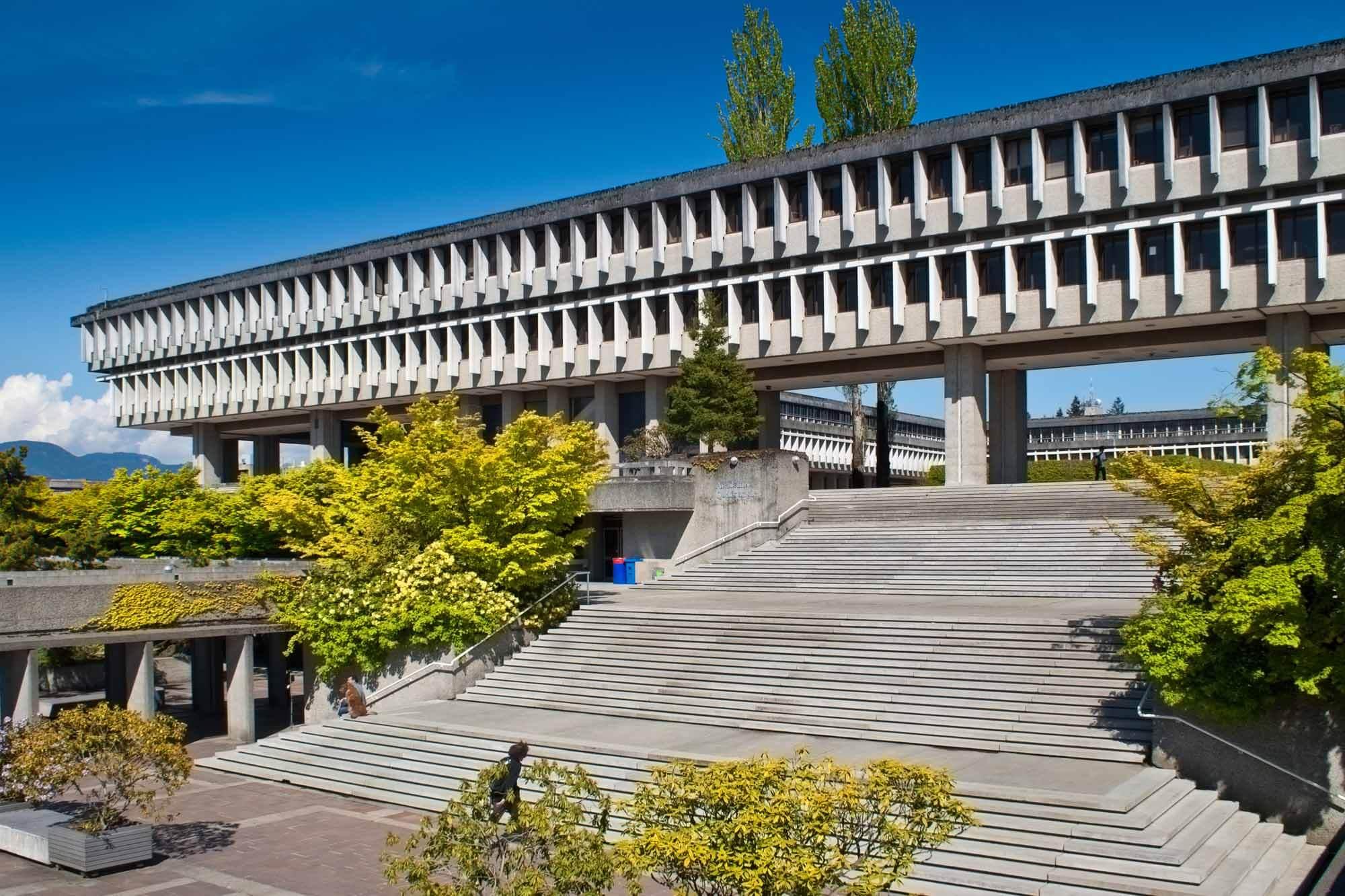 Canada nổi tiếng với những trường đại học tốt nhất thế giới. Trong ảnh là Đại học Simon Fraser, được đánh giá là đại học tổng hợp tốt nhất Canada suốt 5 năm liền.