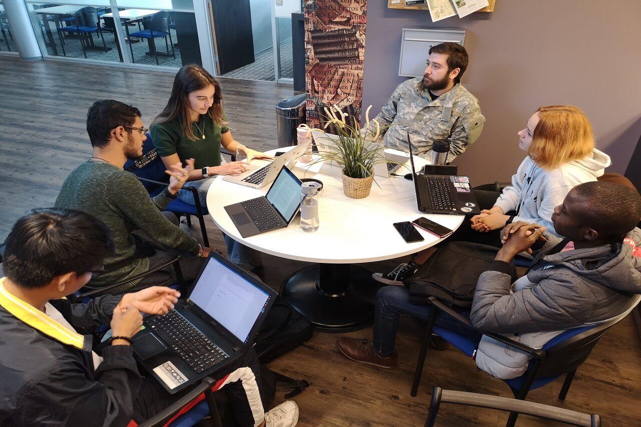 Sinh viên làm việc nhóm trong Project Week của Đại học KHUD Wittenborg