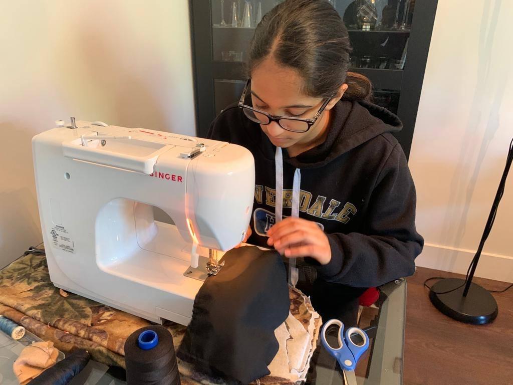 Tavisha Kochhar - học sinh lớp 9 tại Hệ thống phổ thông Surrey School District may khẩu trang bán cho các cơ sở y tế khu vực trong mùa Covid