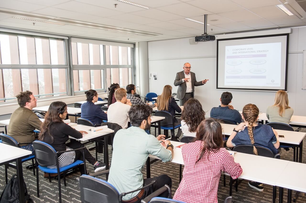 Lớp học quy mô nhỏ giúp sinh viên Đại học Wittenborg dễ dàng tương tác với nhau và với giảng viên để phát triển kiến thức và kỹ năng
