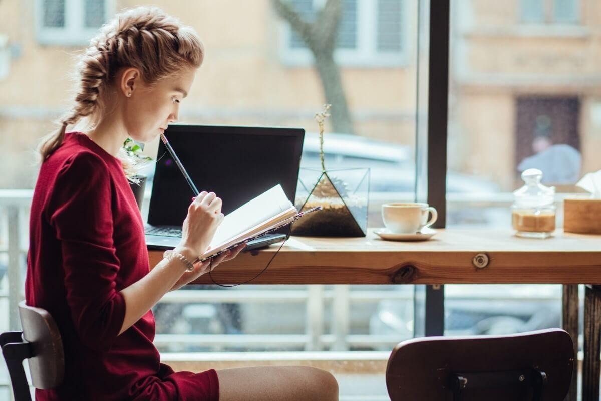 Tích cực tìm kiếm việc làm và làm việc chăm chỉ sẽ giúp bạn có được công việc như mong muốn sau khi tốt nghiệp