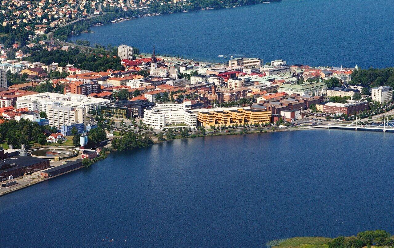 Đại học Jonkoping (cụm tòa nhà hình chiếc chìa khóa màu trắng và vàng) nằm bên bờ hồ trong xanh