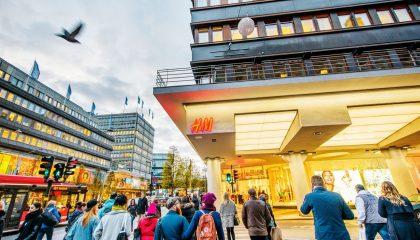 Sản phẩm của H&M có thiết kế đơn giản nhưng vẫn thanh lịch, thời trang và chú trọng yếu tố bền vững. Chuỗi cửa hàng H&M khắp thế giới thu hút nhiều người tiêu dùng.