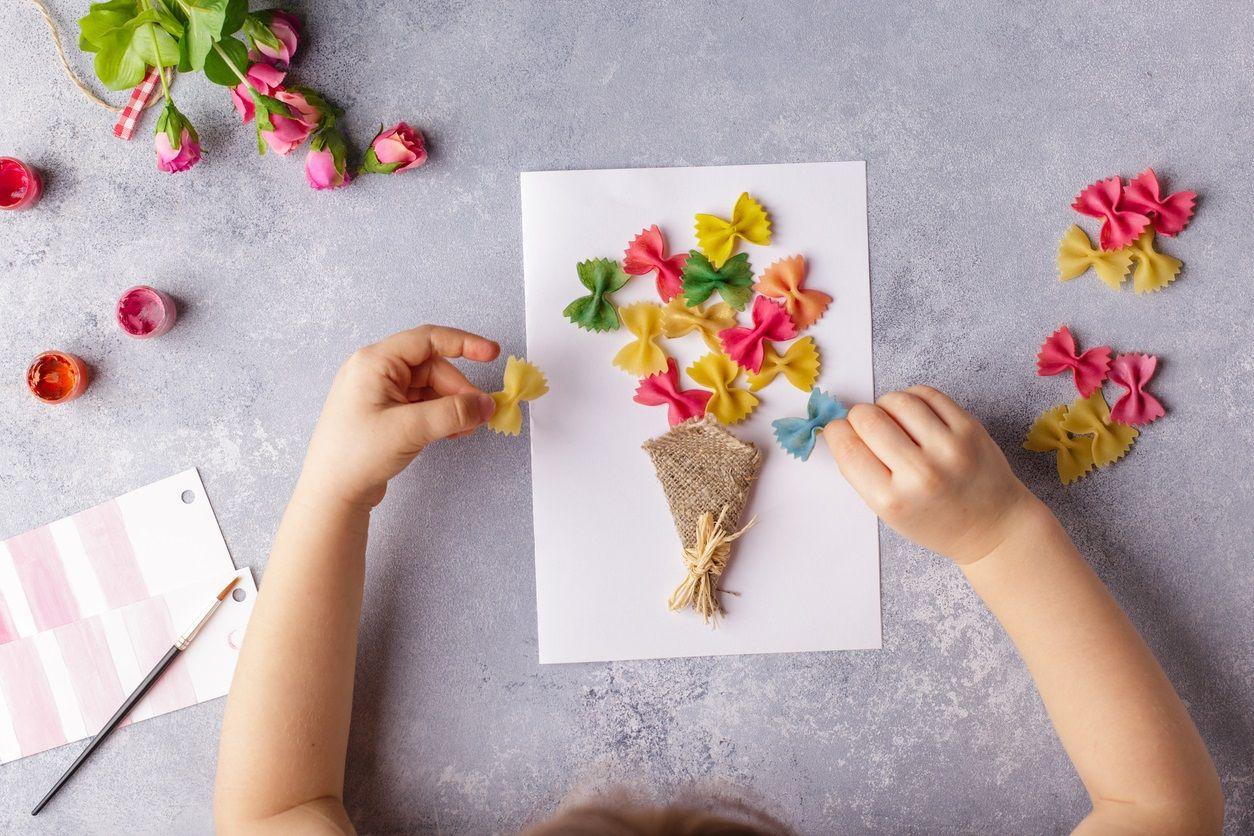 Theo truyền thống, trẻ em Bỉ sẽ dùng tiền tiết kiệm trong năm để mua và trang trí thiệp chúc Tết tặng cha mẹ và người đỡ đầu.
