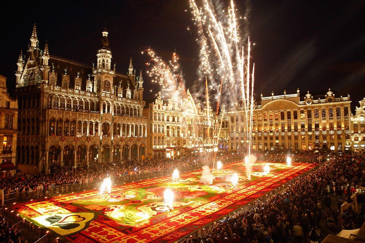 Sau bữa tiệc cuối năm với gia đình, nhiều người Bỉ ra ngoài để tham gia và tận hưởng không khí lễ hội chào Năm mới sôi động tại các nhà hàng, quảng trường...