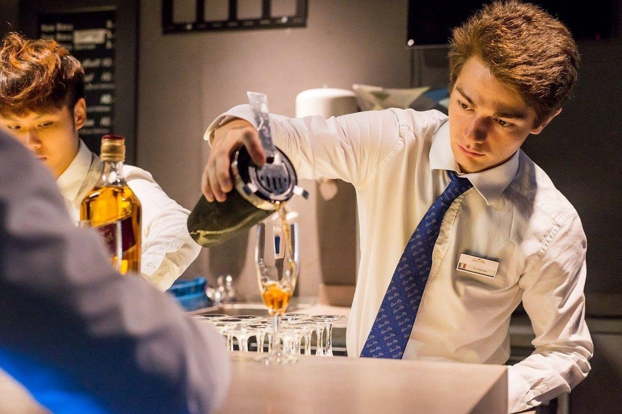 Sinh viên César Ritz trong một lớp học về bartender