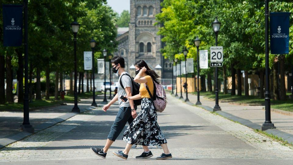 Sinh viên đi bộ ở Đại học Toronto trong mùa dịch Covid-19
