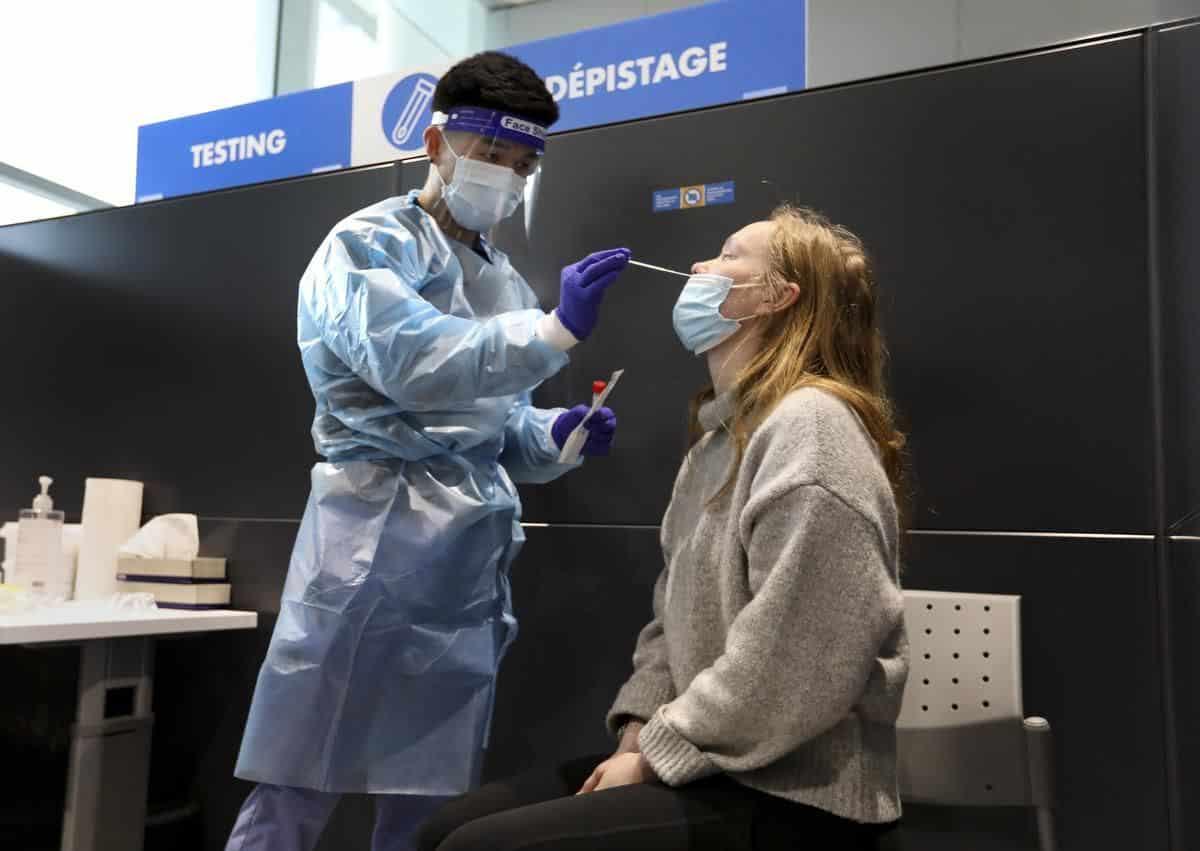 Song song với chiến dịch tiêm ngừa, Canada vẫn duy trì kiểm dịch tại sân bay nhập cảnh