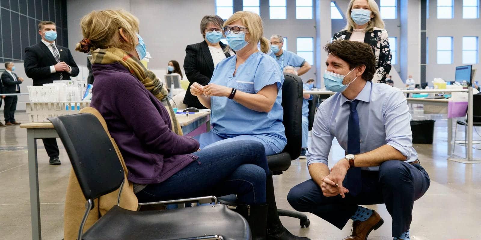 Thủ tướng Justin Trudeau thăm một điểm tiêm ngừa vaccine Covid-19