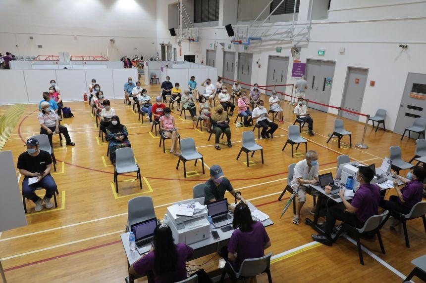 Cư dân Singapore được theo dõi sau tiêm phòng vaccine