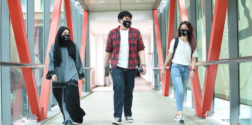 Sinh viên Đại học Sunway tuân thủ đeo khẩu trang phòng dịch trong khuôn viên trường